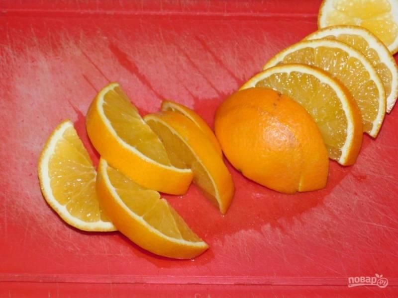Нарежьте апельсины на дольки, отделите от кожуры и нарежьте на мелкие кусочки.