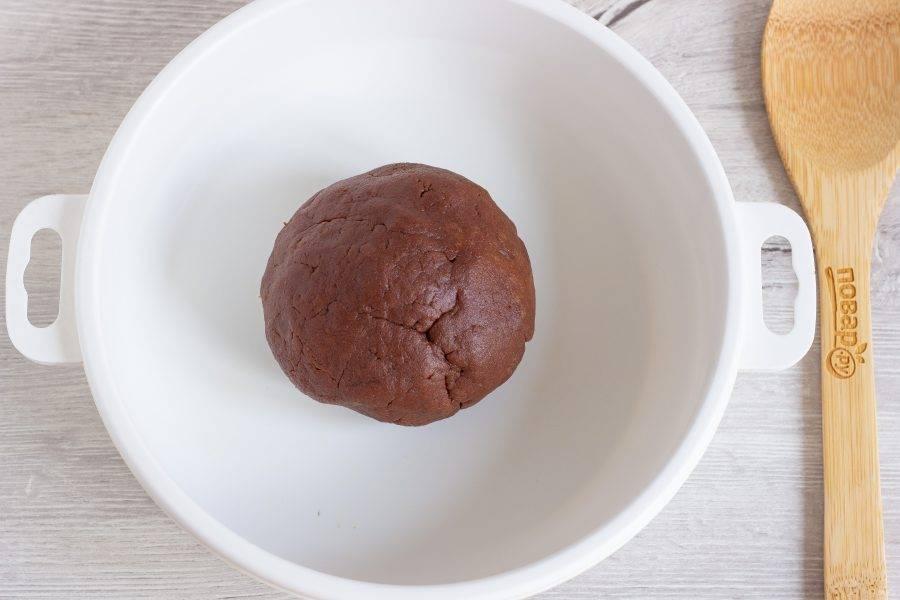 Замесите тесто и скатайте его в шар.