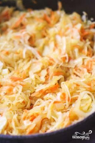 3.Добавить в сковородку капусту, соль и  перец. Тушить овощи около 5 минут.