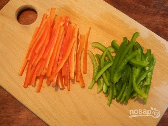Удаляем семена у перцев и нарезаем их тонкой соломкой.