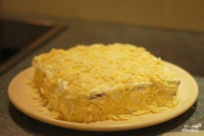 Если хотите более праздничный вариант, посыпьте торт миндальными лепестками и, накрыв пленкой пищевой, отправьте для пропитки на пару часов в холодильник.