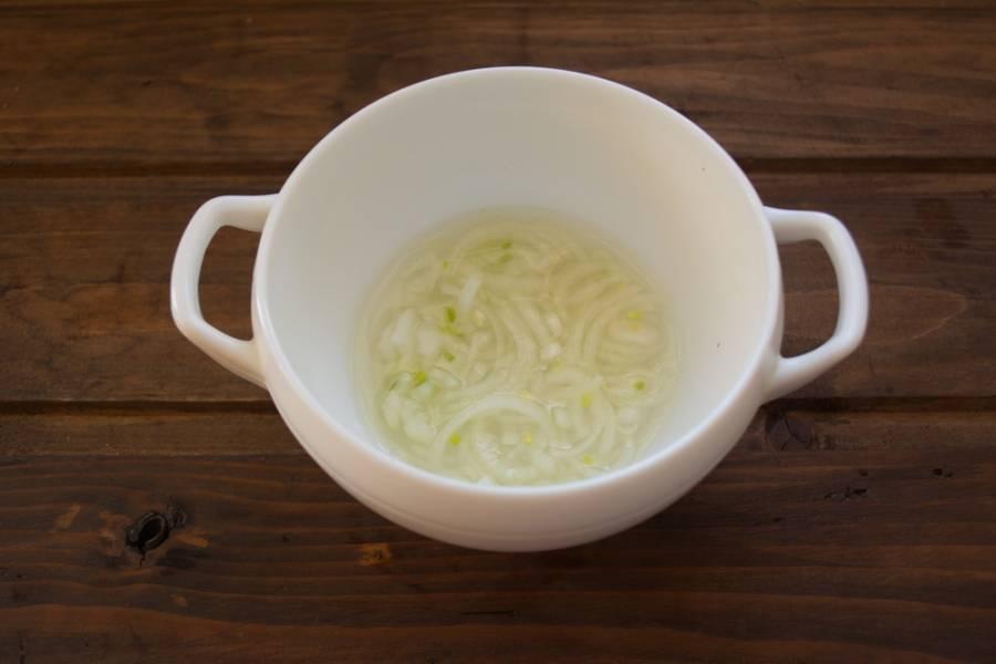 Репчатый лук нарезать полукольцами. Замариновать  в 2 ст. ложках уксуса, 2 ст. ложках сахара на 20 минут. Промыть кипятком. Слить всю воду и сам лук добавить в салат.