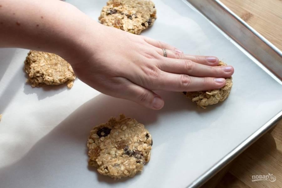 Противень застелите пергаментом или слегка смажьте сливочным маслом. Руками сформируйте печеньки и выложите на противень.