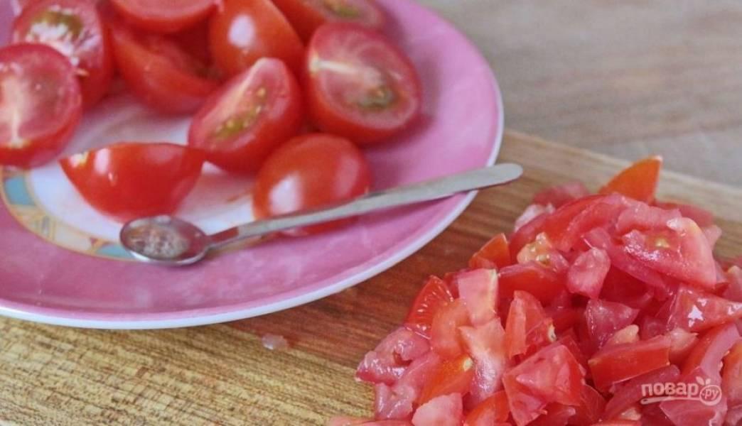 Помидоры черри вымойте и обсушите. Разрежьте каждый томат на две части и ложечкой удалите из половинок семена. Затем мякоть нарежьте кубиками.