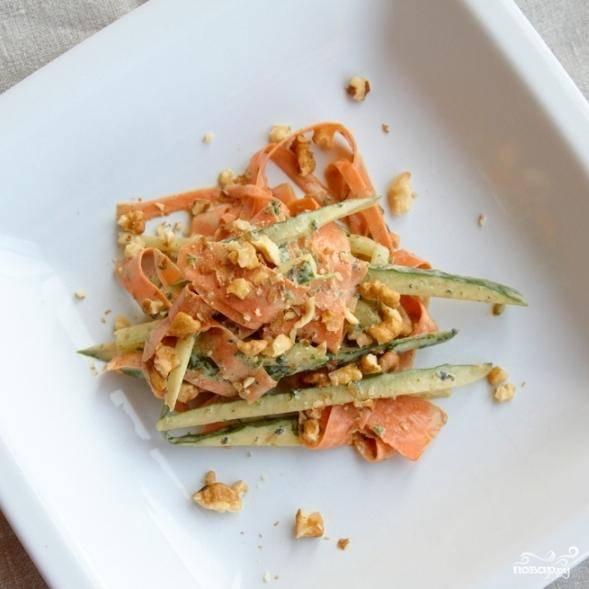 Заправляем овощи получившейся заправкой, перемешиваем. Каждую порцию отдельно присыпаем измельченными грецкими орехами. Готово!