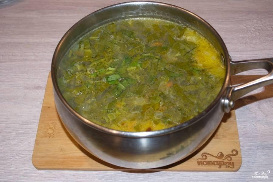Когда картофель и рис почти дойдут до готовности, добавьте зажарку из моркови и лука. Варите 10 минут. Теперь добавьте нарезанный щавель. Посолите и поперчите суп.