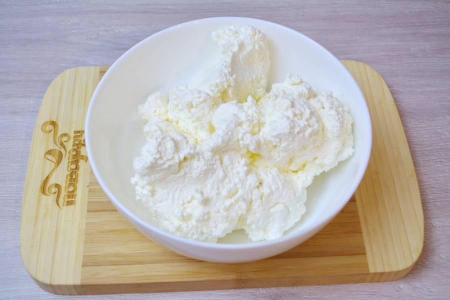 1. Для приготовления чизкейка нам нужен сухой и жирный творог. Поместите его в миску.