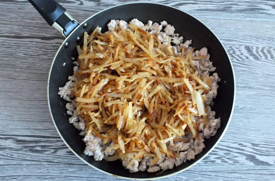 После к нему добавьте обжаренные лук и капусту. Потушите все вместе до испарения жидкости. Отрегулируйте по вкусу соль и перец.