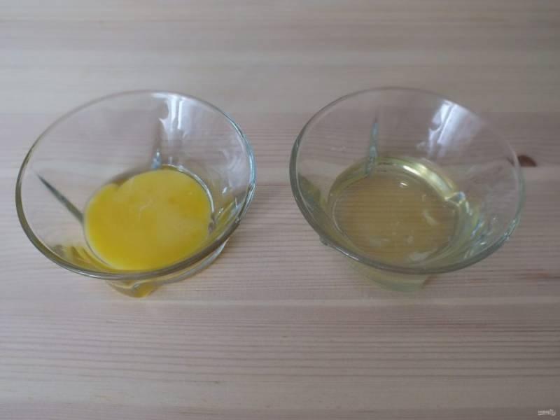 Разделите яйцо на белок и желток.