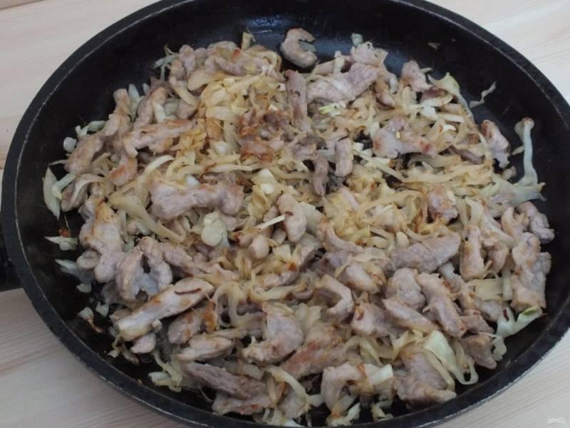 Добавьте к мясу капусту, перемешайте. Далее добавьте измельченный чеснок, накройте крышкой, выключите огонь, подержите немного под крышкой. Начинку доведите до нужного вкуса, если необходимо добавьте соль, перец. Полностью охладите.