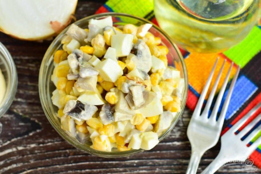 Салат из консервированных шампиньонов и кукурузы