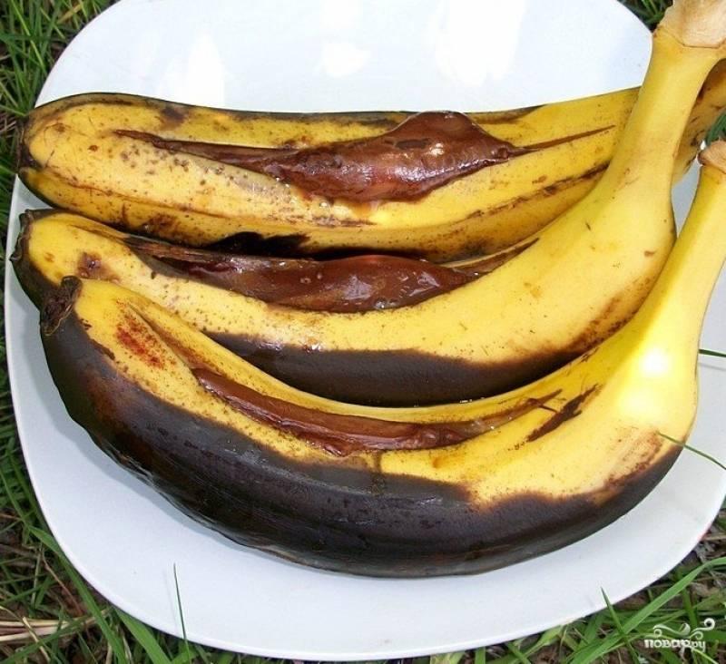 3.Сняв банан с мангала, необходимо дать ему пару минут остыть. Затем аккуратно перекладываем на тарелку так, чтобы фрукт не разлезся, а шоколад немного застыл.