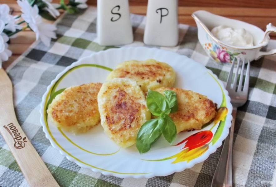 Драники из вареной картошки готовы. Подавайте к столу со сметаной.