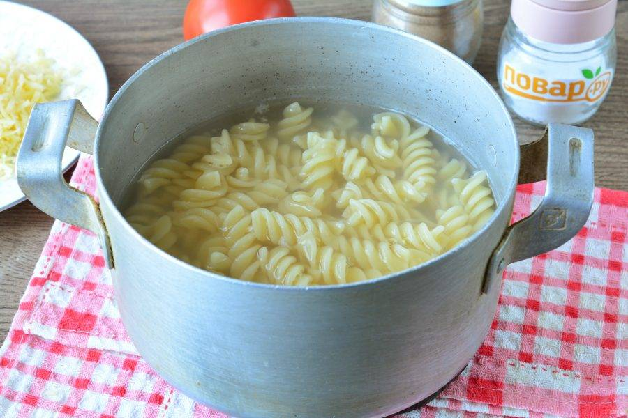 Сварите макароны в подсоленной воде почти до готовности, варите примерно 5-6 минут. Воду с готовых макарон слейте.