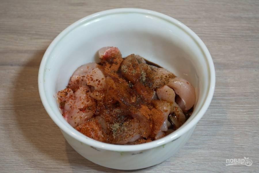 Для приготовления супа нарежьте куриное мясо соломкой тоненько. Уложите мясо в миску. Приправьте соевым соусом, специями. Перемешайте и дайте постоять от 5 до 10 минут.