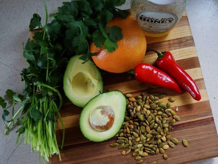 1. Вот такой набор ингредиентов предполагается использовать в рецепт приготовления салата из авокадо и грейпфрута.
