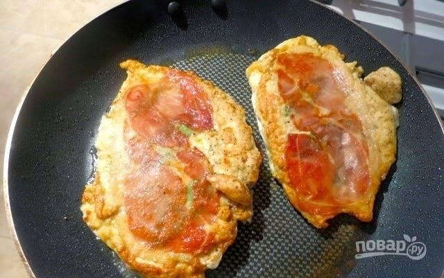 В сковородку влейте рафинированное растительное масло без запаха и поставьте ее на сильный огонь. Когда масло хорошенько разогреется, уменьшите огонь, выложите на сковородку мясо и обжарьте сначала с одной стороны, а потом с другой до румяной корочки. В конце присыпьте специями и подавайте к столу горячим.