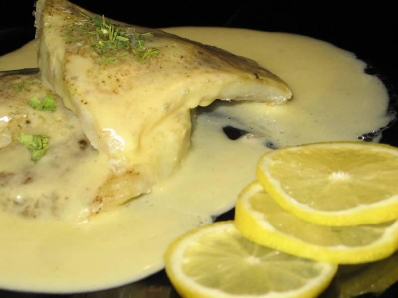 7. Подаем рыбу вместе с соусом и ломтиками лимона. При желании можно сделать гарнир.