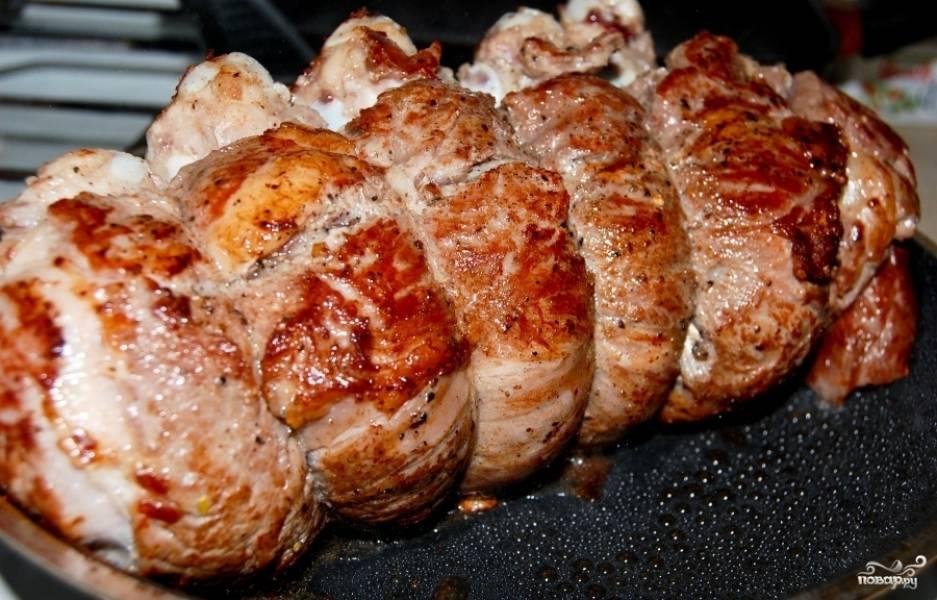 Кладем наш связанный кусок мяса на раскаленную сковороду с небольшим количеством масла. Обжариваем до образования румяной корочки со всех сторон.