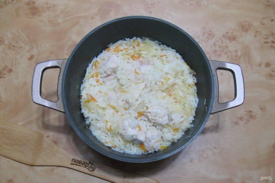 Готовьте блюдо еще 30-35 минут до готовности риса и индейки.