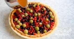 Хорошо промытые ягоды разложите по коржу с начинкой и залейте жидким желе из кастрюли.