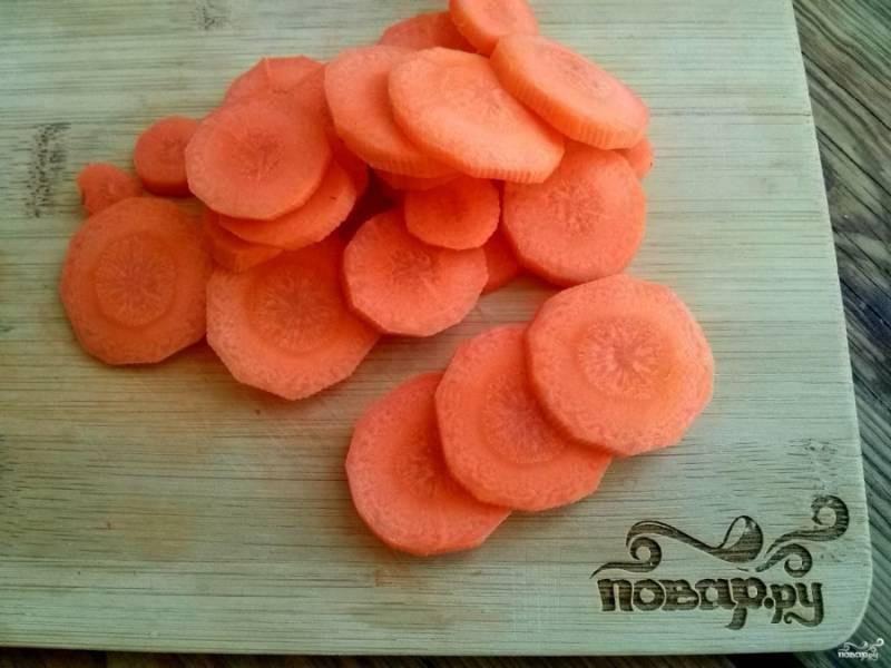 Морковь вымойте, очистите и нарежьте кружками толщиной 3 мм.