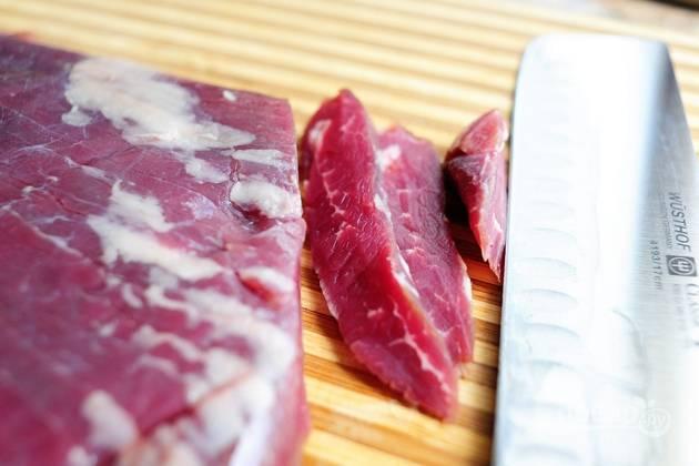 1. Порежьте говядину на слайсы.