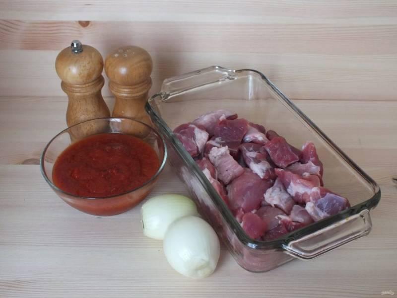 Подготовьте необходимые ингредиенты. Если вы берете свежие помидоры, то натрите их на терке. Я взяла готовую помидорную мякоть.