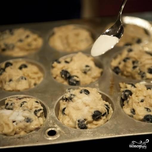 7. Верх маффинов присыпьте сахаром. Выпекайте маффины в течение 20-25 минут в разогретой до 200 градусов духовке.
