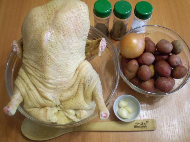 Подготовьте необходимые продукты и специи. Я использовала хмели-сунели, соль и немного черного молотого перца молотого.