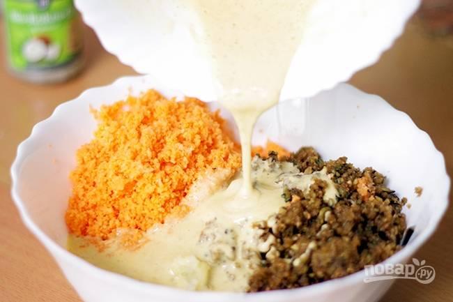 4. Соедините яйца с овощами, перемешайте. Добавьте соль, перец и мускатный орех.