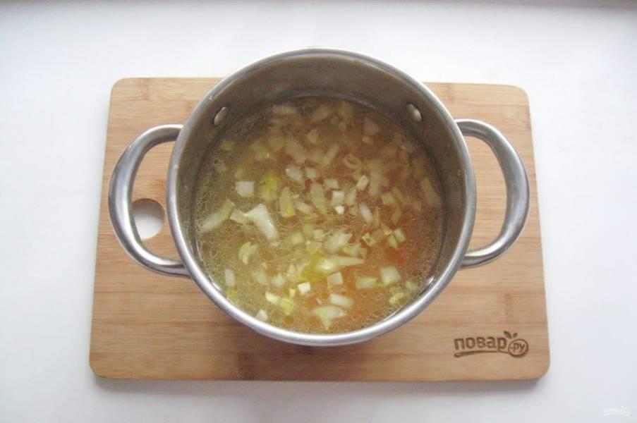В кастрюлю налейте куриный бульон и добавьте лук с морковью.