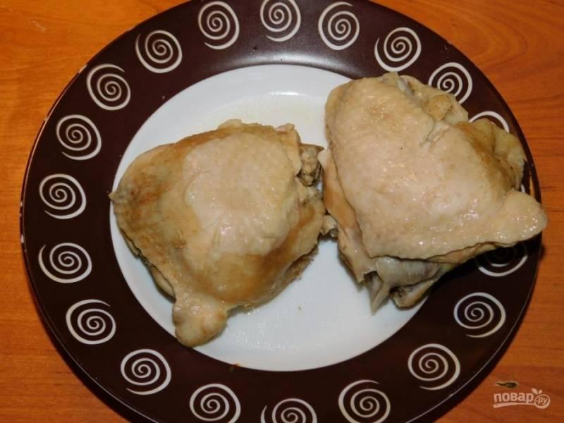 Курицу отварите до готовности, выньте из бульона, отделите мясо от костей и верните обратно в бульон.