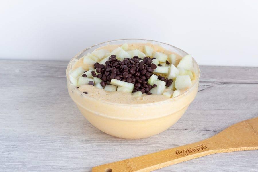 Груши помойте и очистите от кожуры и сердцевины. Нарежьте небольшими кубиками, вместе с шоколадными каплями вмешайте в тесто.