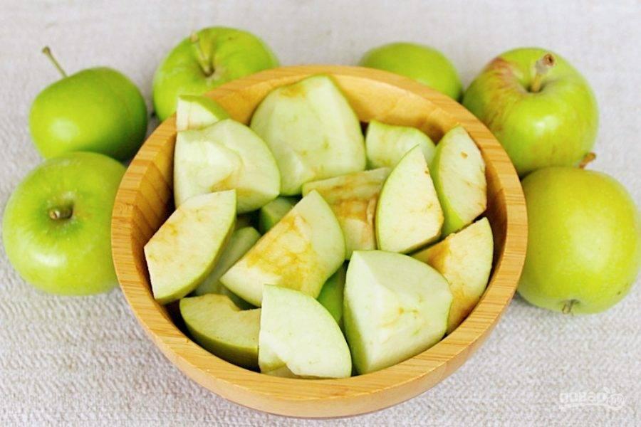 Подготовим яблоки. Часть яблок оставляем целыми, а часть режем крупно, удаляя сердцевину и косточки.