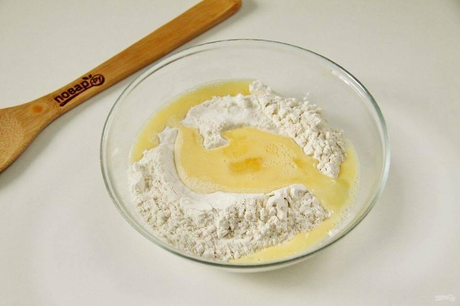 Налейте воду в кастрюлю, поставьте на огонь и немного посолите. Взбейте яйцо с солью. В глубокую тарелку насыпьте муку, сделайте углубление и влейте в него взбитое яйцо.