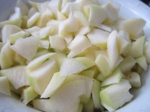 4. Нарезаем яблоки, предварительно удалив кожуру и сердцевину. Шинковать их стоит кубиками. Выкладываем на середину и присыпаем корицей.