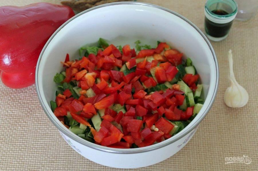 Добавляем в салат болгарский перец.