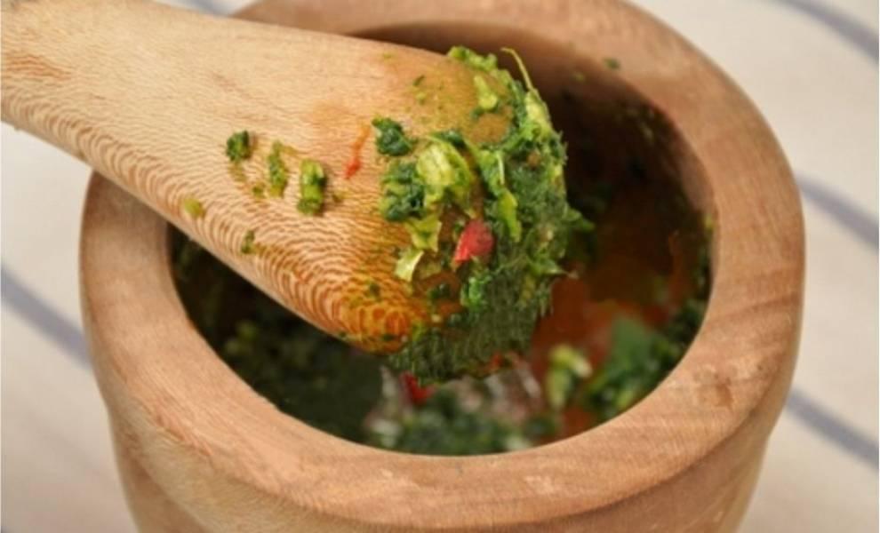 2. В ступке растереть перец, чеснок, соль и зелень, а полученную смесь выложите на грибы. Вместо ступки зелень с чесноком и перцем можно измельчить в блендере (в этом случае соль не добавлять).