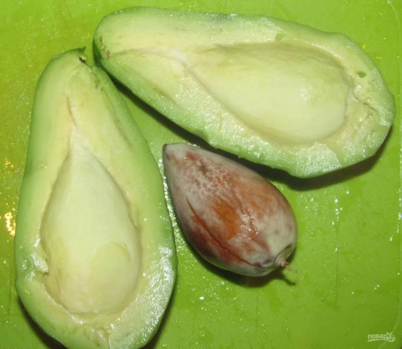 3.Авокадо мою, срезаю у них кожуру и разрезаю мякоть на 2 части, удаляю косточку.