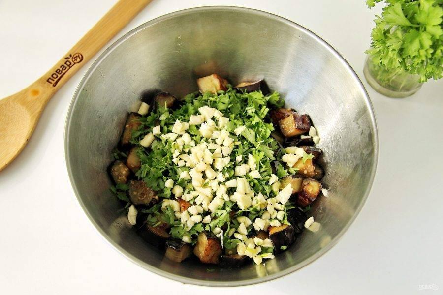 Переложите обжаренные баклажаны в глубокую миску. Добавьте измельченный ножом чеснок, масло, соль, сахар, уксус и нарезанную мелко петрушку.