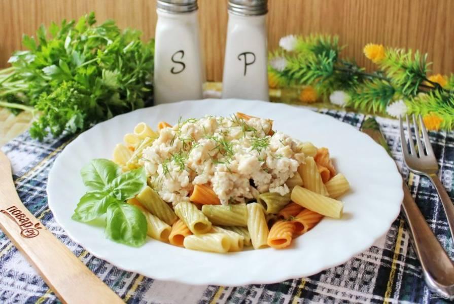На тарелку выложите порцию макарон, а сверху добавьте куриный фарш. Посыпьте зеленью и подавайте к столу в горячем виде.
