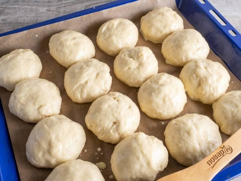 Когда булочки поднимутся, смажьте кулинарной кистью смесью желтка и молока. Выпекайте 25-30 минут при температуре 180-190 градусов.