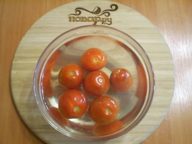 2. Сначала нужно приготовить соус. Для этого с томатов нужно снять кожицу, проще всего это сделать, обдав их кипятком.