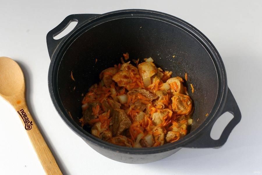 Обжарьте все вместе до мягкости овощей.