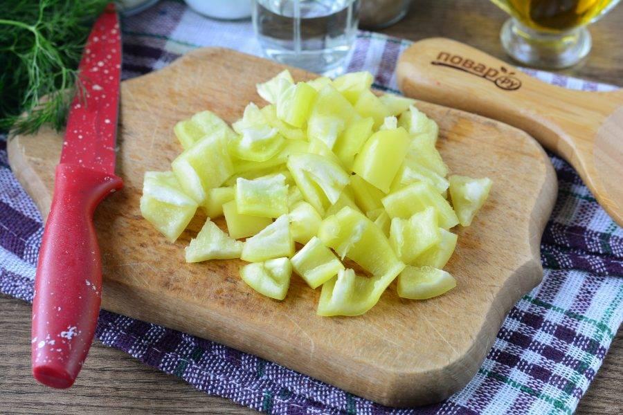 Почистите сладкий перец и нарежьте средними кубиками.
