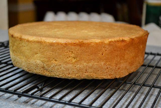 5. Готовый бисквит оставить на решетке до полного остывания.