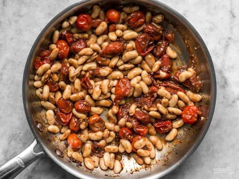 5.Перемешайте хорошенько содержимое сковороды, готовьте пару минут.