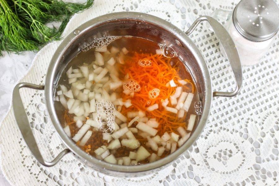 Влейте теплую воду, всыпьте немного соли и отварите примерно 15-20 минут.