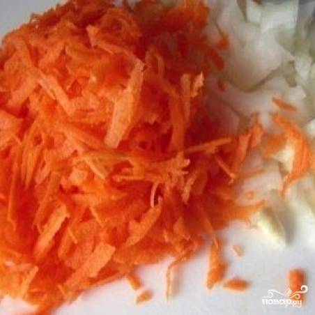 Очищаем лук и морковь. Лук мелко режем, морковь трем на терке.